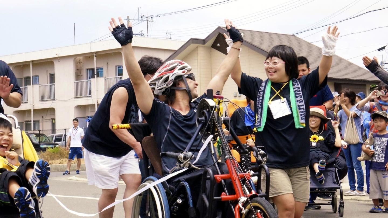 ハンドバイクで全国を周りバリアフリーを伝える「Love Hand Projact」での様子